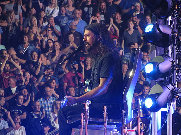Grohl-Throne1